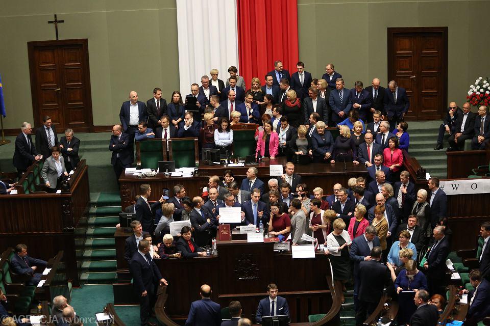 Opozycja blokuje mównicę w sali posiedzeń Sejmu, 16 grudnia 2016 r.