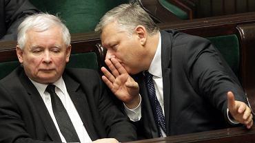 Poseł Marek Suski przy uchu prezesa PiS Jarosława Kaczyńskiego. Warszawa, Sejm, 22 grudnia 2015