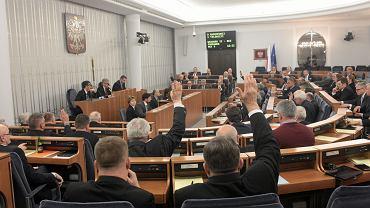 Posiedzenie Senatu. Izba przyjęła m.in ustawę o służbie cywilnej