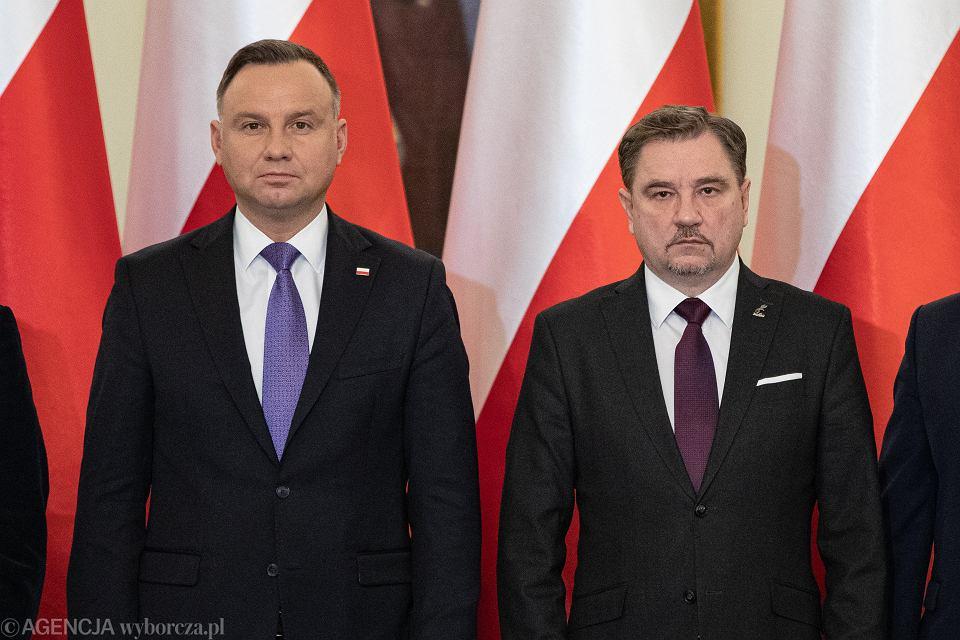 https://bi.im-g.pl/im/4c/89/18/z25729868V,Prezydent-Andrzej-Duda-i-przewodniczacy-NSZZ--Soli.jpg