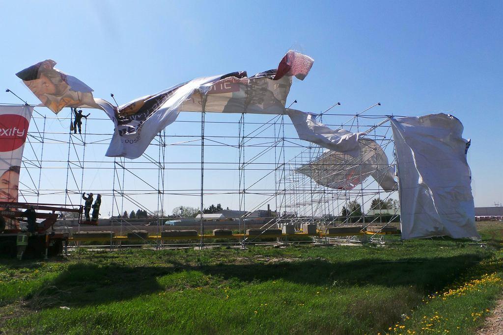 Wiatr zniszczył billboard przy strasie S8
