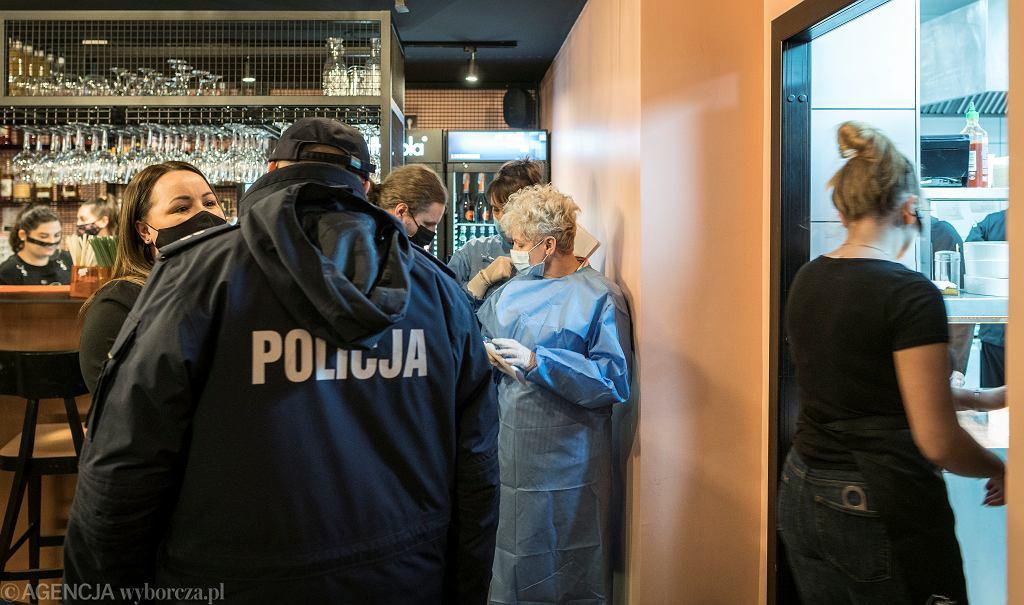 Policja i Sanepid podczas kontroli w katowickiej restauracji Bulkes, którą otwarto mimo rządowego zakazu, 15.01.2021