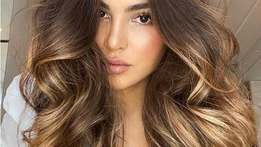 Jak zakręcić włosy na noc? Banalnie prosty sposób, który bije rekordy popularności