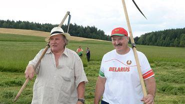 Gerard Depardieu gościł na Białorusi 20 i 21 lipca. Aleksander Łukaszenka uczył aktora, jak się kosi trawę.