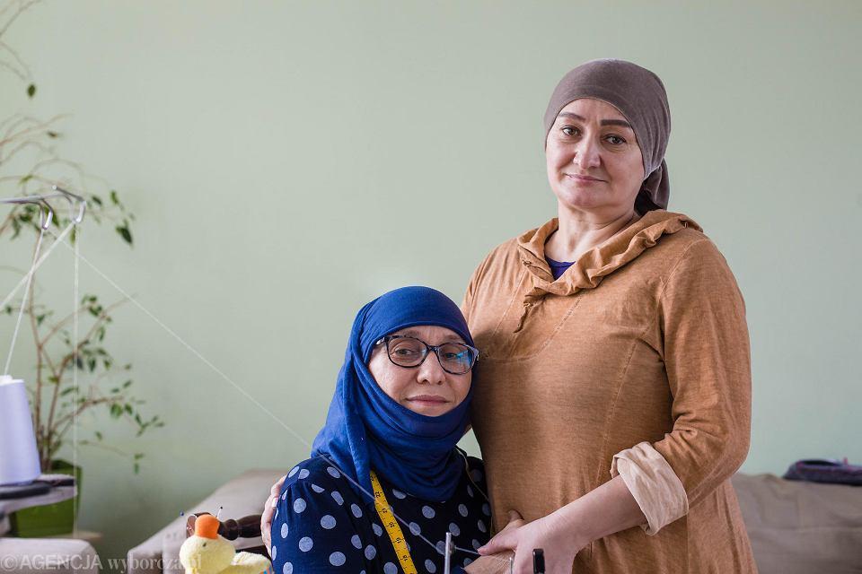 Siostry Aminat Ahabrailova i Khedi Alieva, uchodczynie z Czeczenii, szyją w Gdańsku maseczki dla służb medycznych, chroniące przed koronawirusem