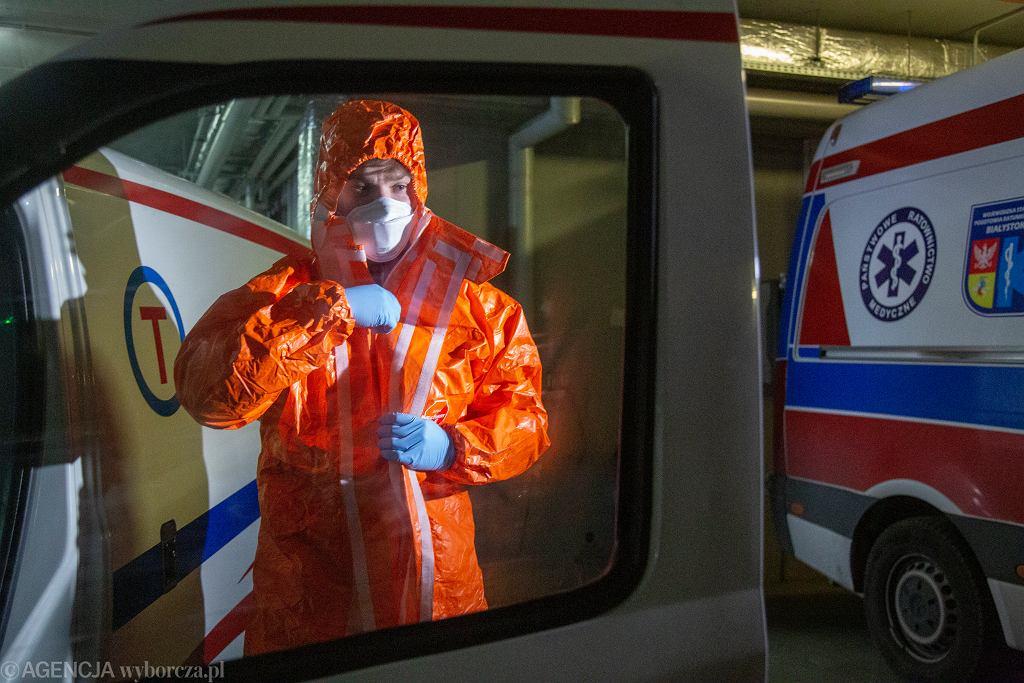 Koronawirus w Polsce. ratownik medyczny w kombinezonie