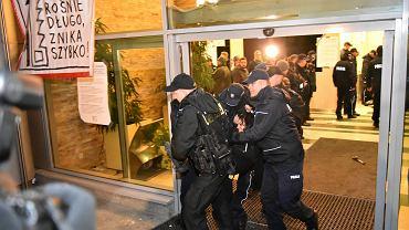 Służby pacyfikują demonstrujących w stołecznej siedzibie przedsiębiorstwa 'Lasy Państwowe'