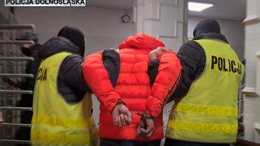 Dolnośląscy policjanci zatrzymali naciągacza, który podawał się za lekarza