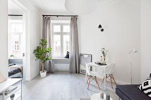 Małe mieszkanie w kamienicy. Postawili na biel i prostotę