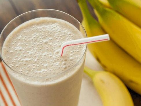 Smoothie z bananami jest sycące i zdrowe.