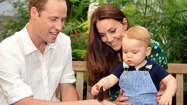 """Od narodzin """"Royal Baby"""" minął już rok. Z okazji pierwszych urodzin Jerzego rodzina królewska opublikowała trzy oficjalne zdjęcia księcia. Wykonano je w Muzeum Historii Naturalnej w Londynie, gdzie księżna Kate i książę William już na początku lipca zaczęli świętować pierwszy rok spędzony z ukochanym synem."""
