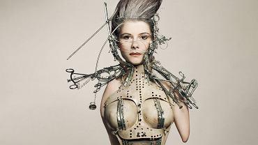 Aldona Plewińska pracuje przy windykacji należności. Drugi zawód Aldony to fotomodelka. Ma za sobą kilkadziesiąt sesji zdjęciowych. Urodziła się 30 lat temu. Bez obu rąk i prawej nogi (projektantka: Katarzyna Konieczka, makijaż: Magda Moniczewska)