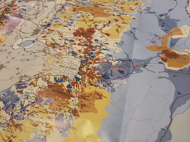 Mapa podziału terytorialnego Zachodniego Brzegu. Brązy to tereny pod kontrolą palestyńską, kolory niebieskie - izraelskie osiedla i ich okolice