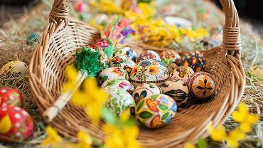 Wielkanoc 2021. Jaki pokarm włożyć do koszyczka wielkanocnego? Jak ozdobić koszyczek?