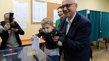 Ignacy Brudziński wrzuca kartę do głosowania do urny wyborczej