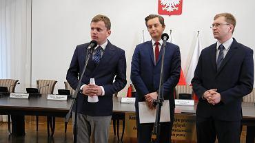 Styczeń 2018 r. Oliwer Kubicki, jeszcze jako rzecznik Komisji Weryfikacyjnej (z lewej) na konferencji z Sebastianem Kaletą i Pawłem Lisieckim.