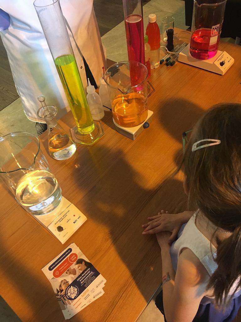 Doświadczenia chemiczne przyciągały i małych, i dużych