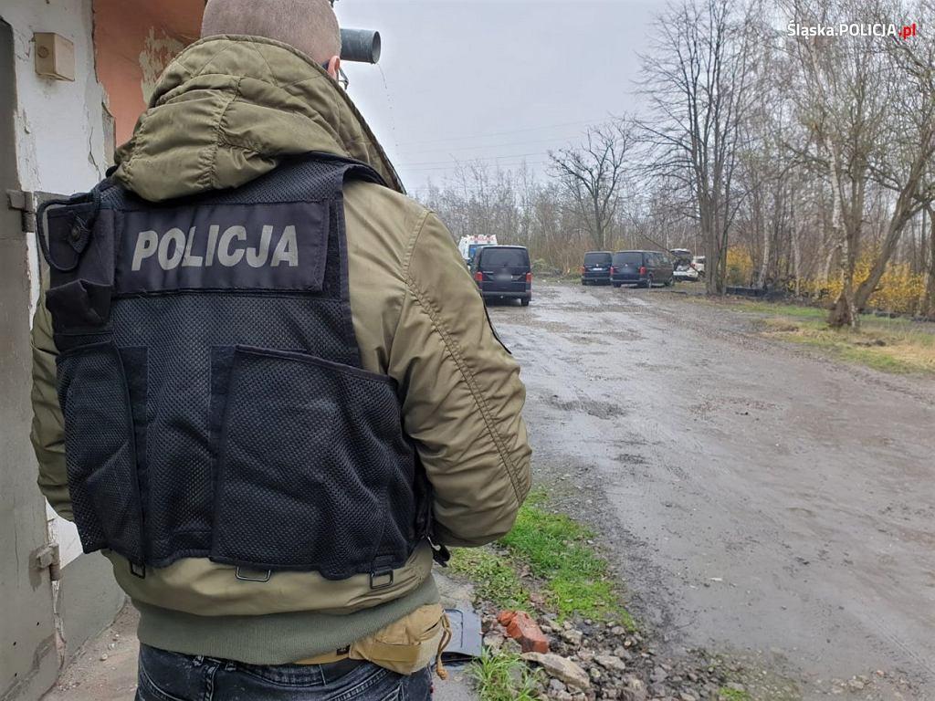 Ruszył z bronią na policjantów. Mundurowi oddali strzały