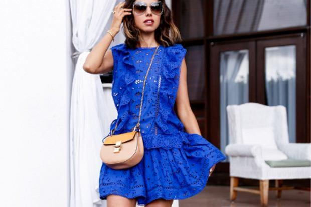 Jakie dodatki do niebieskiej sukienki? Stylowe modele i pasujące do nich torebki i buty