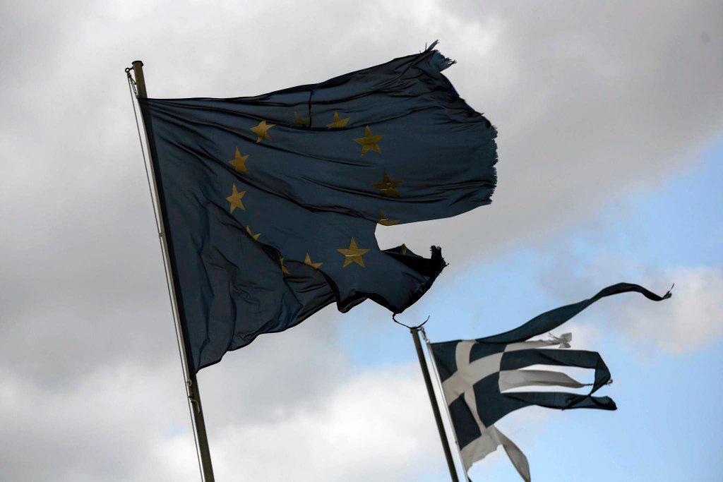 Zniszczone flagi UE i Grecji