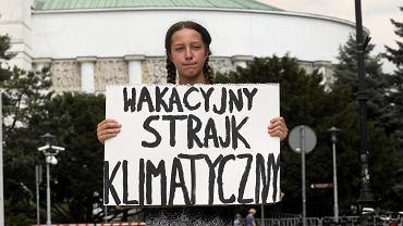 Wakacyjny strajk klimatyczny w Warszawie. Trzynastoletnia Inga Zasowska przed Sejmem, 21 czerwca 2019