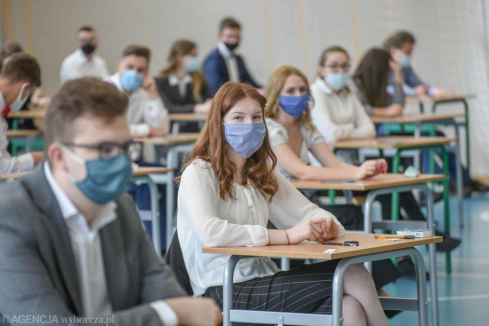 Lewica apeluje do rządu o zaszczepienie maturzystów. '250 tys. młodych  ludzi boi się o swoje zdrowie'