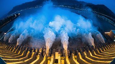 Widok z góry na awaryjny zrzut wody z Tamy Trzech Przełomów