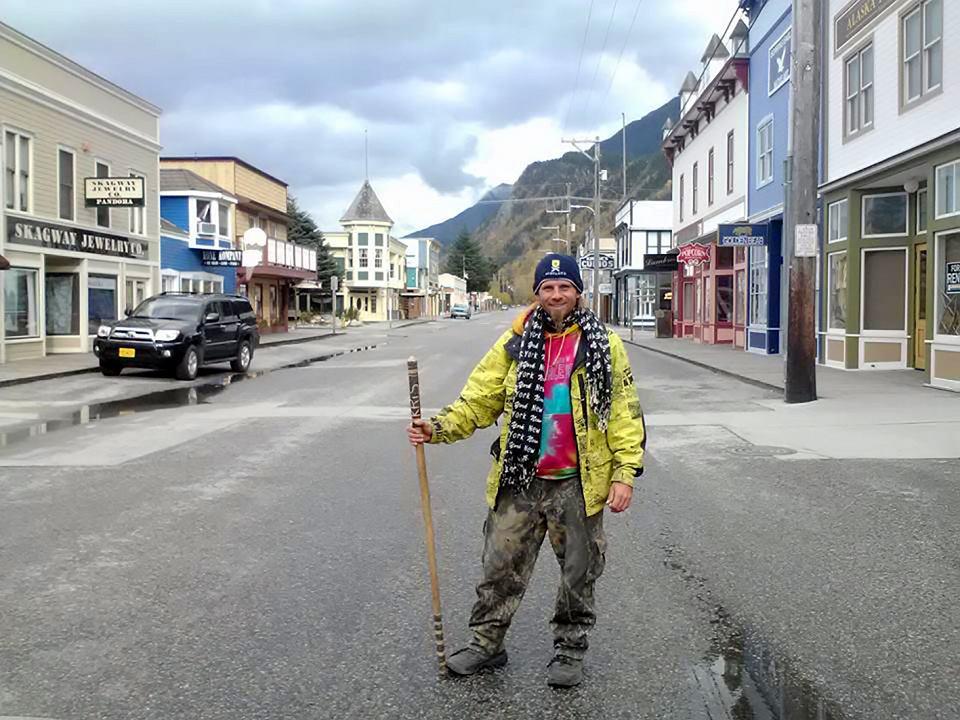Krzysztof Chmielewski podróżował autostopem, rowerem lub chodził pieszo. Był w 51 państwach na czterech kontynentach. Odwiedził wszystkie kraje Europy (z wyjątkiem trzech wysp: Islandii, Malty i Cypru). Ponad rok spędził w Afryce, prawie dwa lata w Ameryce Północnej
