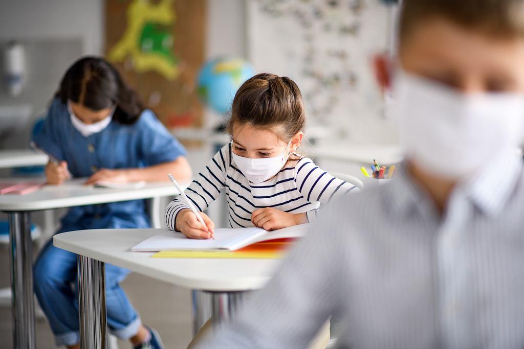 Niektórzy rodzice nie zgadzają się na to, żeby ich dzieci chodziły w szkole w maseczkach.
