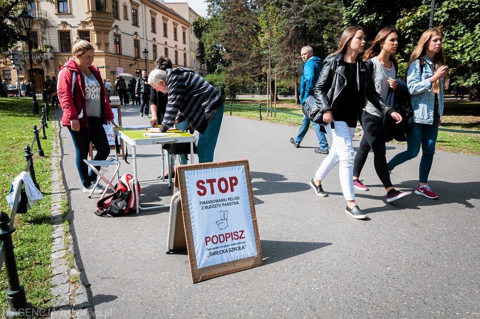Kraków, 8 września 2015. Akcja zbierania podpisów zorganizowana przez inicjatywę obywatelską