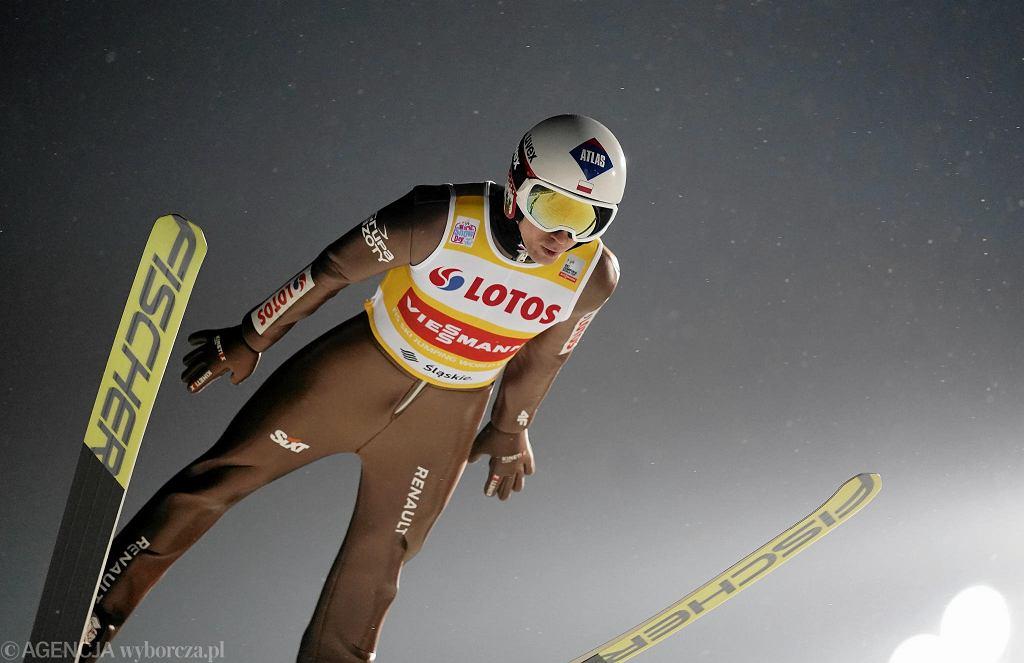 Tłumy kibiców, dużo emocji i dobry występ Polaków. Wszyscy, którzy przyjechali w sobotę i niedzielę do Wisły mogli uczestniczyć w wielkim święcie skoków narciarskich. </p> Wisła już słynie z tego, że podczas zawodów, w których zmagają się najlepsi skoczkowie na świecie, panuje tutaj wspaniała atmosfera. Nie inaczej było podczas minionego weekendu, rozpoczynającego cykl zawodów Pucharu Świata. Przyjechały tutaj tłumy kibiców, którzy znakomicie się bawili. </p> W sobotę rozegrano inauguracyjny drużynowy konkurs w nowym sezonie. Rozentuzjazmowana publiczność mogła fetować zwycięstwo Polaków. Podopieczni trenera Stefana Horngachera zaprezentowali się w składzie: Piotr Żyła, Jakub Wolny, Dawid Kubacki i Kamil Stoch. Drugie miejsce zajęli Niemcy, a trzecie Austriacy. </p> W niedzielę na skoczni im. Adama Małysza w niemal zimowej aurze odbył się pierwszy w sezonie konkurs indywidualny. Emocji nie zabrakło, ale ostatecznie żaden z Polaków nie stanął na podium. Najwyżej z naszych był Kamil Stoch, który zajął czwarte miejsce. Zawody wygrał Rosjanin Jewgienij Klimow.