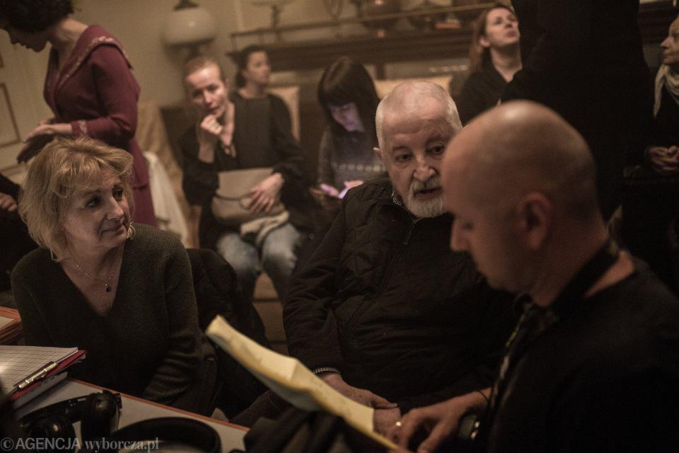 Janusz Majewski na planie filmu 'Czarny mercedes'.