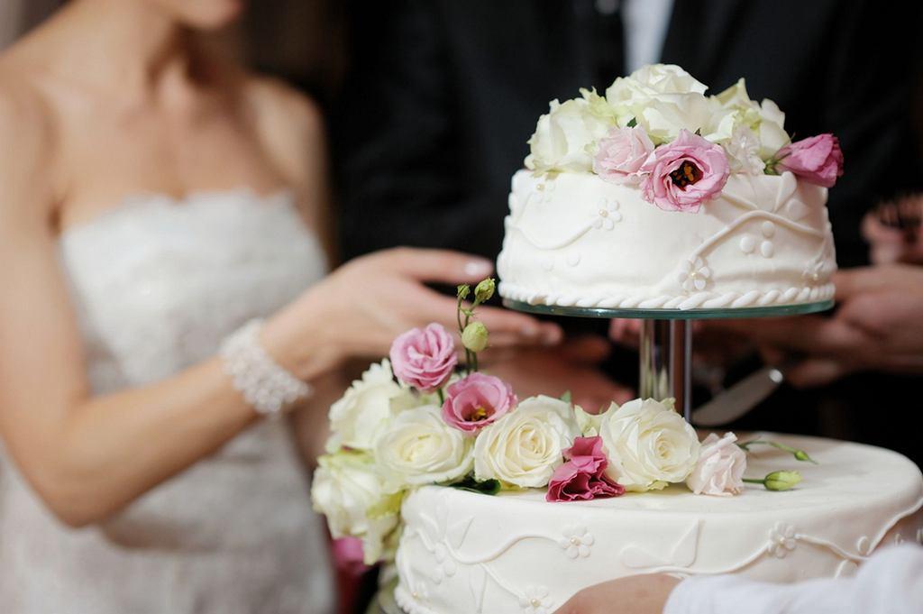 Tort weselny to kwestia bardzo indywidualna - niektórzy wybierają wielopiętrowe ciasta, inni decydują się na bardzo proste, skromnie udekorowane