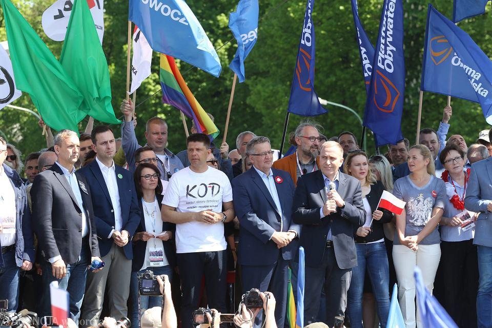 Maj 2016, liderzy partii opozycyjnych na manifestacji KOD i opozycji 'Jesteśmy i będziemy w Europie'
