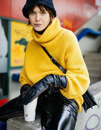 Żółty sweter z golfem