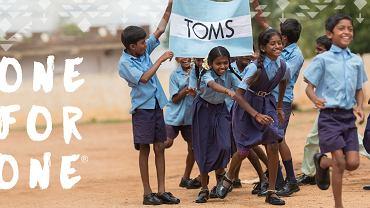 Firma TOMS działa według modelu: każda sprzedana para oznacza drugą przekazaną potrzebującym dzieciom