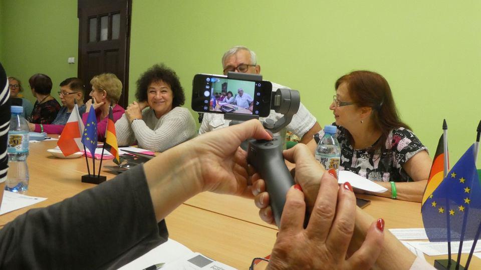 W projekcie 'seniorzy biorą udział w specjalistycznych szkoleniach oraz różnych warsztatach