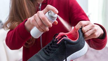 Spryskaj swoje buty lakierem do włosów. Efekt? Zaskakujący! Uwolni od uciążliwego problemu (zdjęcie ilustracyjne)