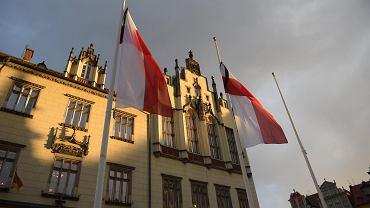 Flagi z kirem opuszczone do połowy masztu na znak żałoby