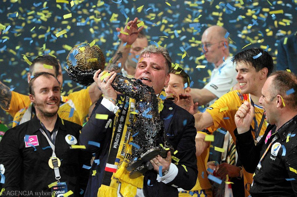 Kolonia, 29 maja 2016 rok. Bertus Servaas, prezes Vive Tauron Kielce z pucharem Ligi Mistrzów