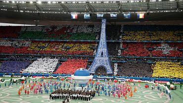 Na murawie, którą zamieniono w wielkie ogrody Wersalu, tańczyło ponad 600 artystów z 60 krajów, kręciła się karuzela, a nad stadionem pojawiła się wieża Eiffla.