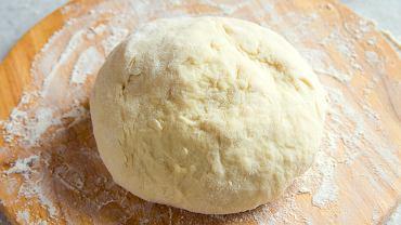 Przygotowanie ciasta do pizzy to wcale nie jest trudna sztuka.