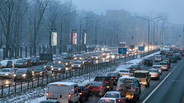 Cała Warszawa świeci się na czerwono. Warszawiacy stoją w korkach przez szczyt bliskowschodni