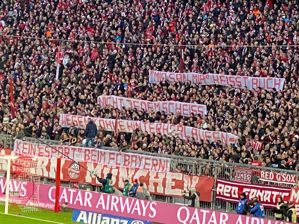Transparent wywieszony przez kibiców Bayernu Monachium