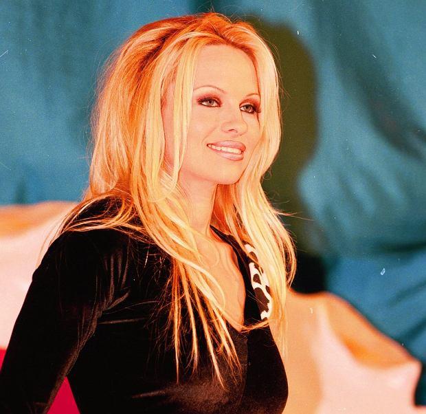 Pamela Anderson powiększyła biust o kilka rozmiarów i karmiła piersią. Czy to zdrowe? [WYJAŚNIAMY]