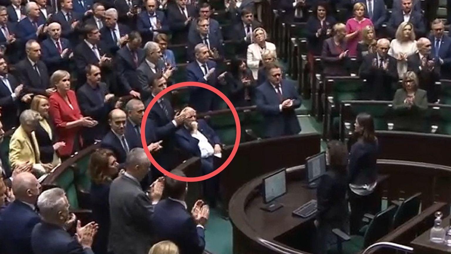 Janusz Korwin-Mikke tłumaczy, dlaczego nie klaskał po przyjęciu uchwały.