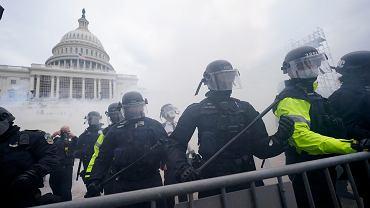 Trumpiści szturmują Kapitol. Kongres zatwierdza wyniki wyborów prezydenckich (wygrał Joe Biden). Waszyngton, 6 stycznia 2020