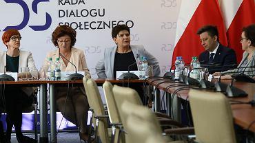 Była premier, obecnie wicepremier rządu PiS Beata Szydło, minister edukacji Anna Zalewska, minister rodziny Elżbieta Rafalska podczas rozmów ze związkowcami przed ogólnopolskim strajkiem w oświacie. Warszawa, Centrum Dialogu, 1 kwietnia 2019