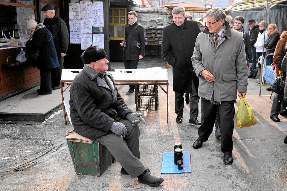 Luty 2013, Rzeszów, prof . Leszek Balcerowicz odwiedza popularny bazar nazywany ''Placem Balcerowicza''