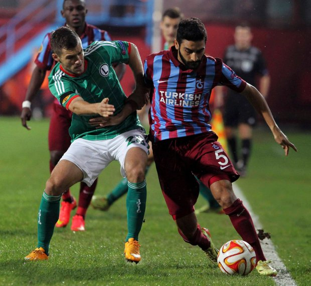 Trabzonspor's Mehmet Ekici, right, and Lukasz Broz of Legia fight for the ball during their Europa League Group L soccer match  between Trabzonspor and Legia Warsaw, at Avni Aker Stadium in Trabzon, Turkey, Thursday, Oct. 2, 2014. (AP Photo) SLOWA KLUCZOWE: XUEROPALEAGUEX